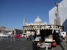 Na entrada do Vaticano, a Praça de São Pedro, maravilha projetada por Bernini, fica escondida atrás do trailer de cachorro quente.