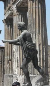 No Templo de Apolo, sua estátua de bronze sobreviveu intacta