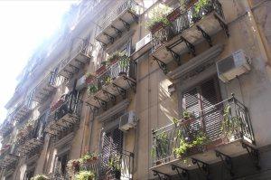 Sacadas de grade de ferro, marcas da arquitetura de Palermo